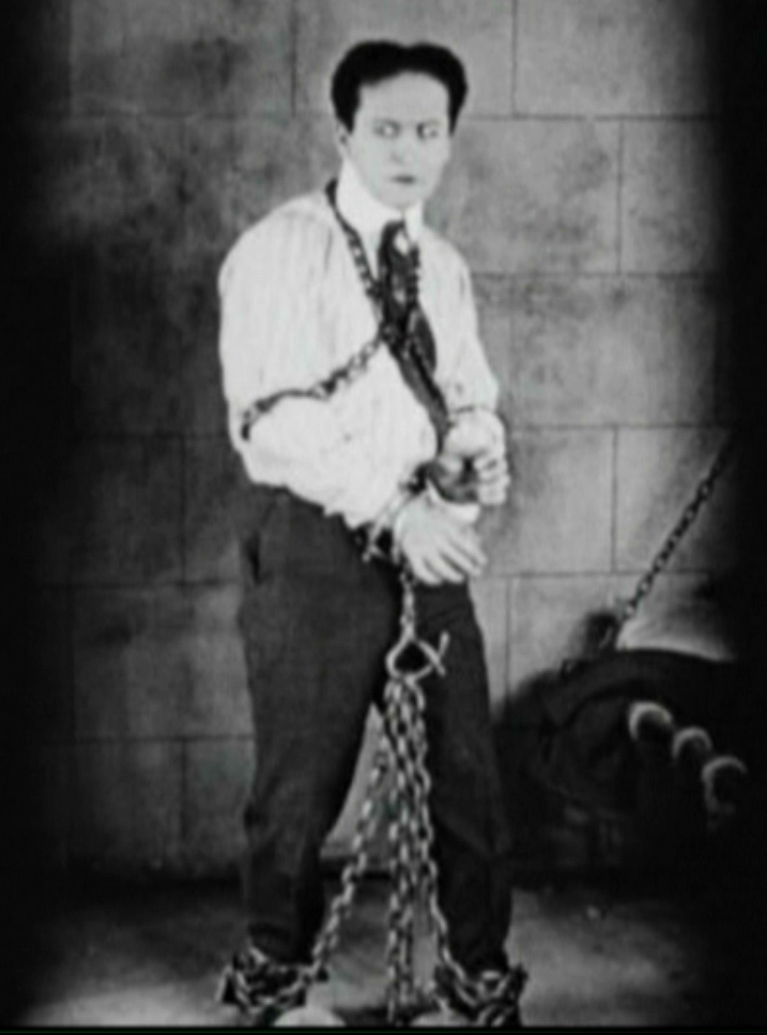 a biography of harry houdini a performer Famed magician/entertainer harry houdini was born erich weisz on march 24, 1874, in budapest, hungary one of seven children born to a jewish rabbi and his wife, erich moved with his family as a child to appleton, wisconsin, where he later claimed he was born.