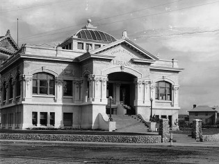 Exterior_view_of_the_Chas_M_Stimson_Library_built_in_1904_on_the_Occidental_College_Highland_Park_Campus_ca1908